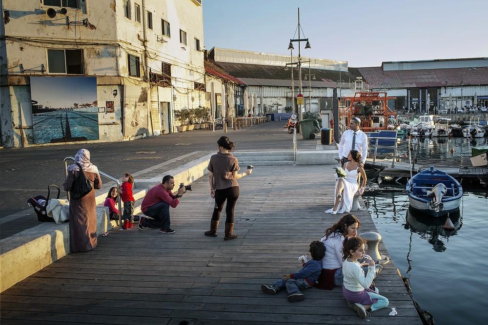 Un cuplu israelian face fotografii de nuntă în portul Yaffo, în ziua însorită de dinainte de alegeri.