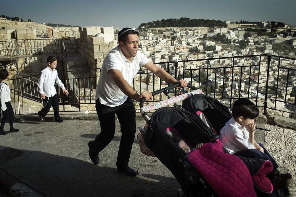 O familie israeliană se bucură de vremea bună din ziua alegerilor pe lângă Zidul Plângerii.