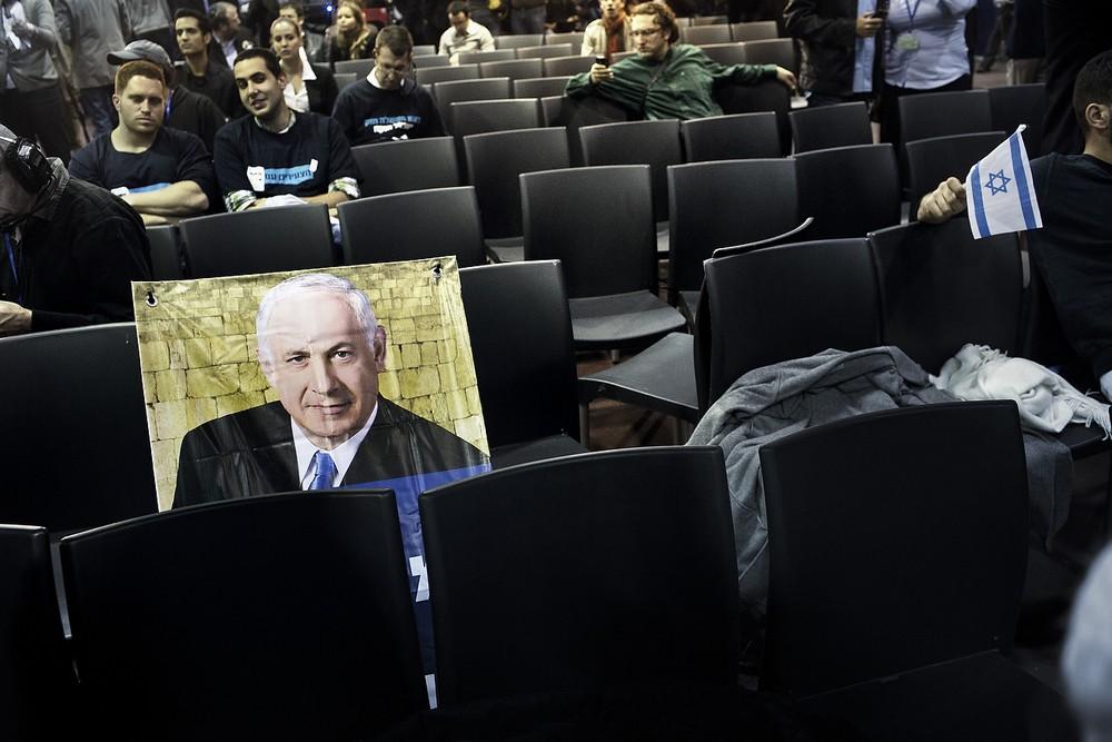 Un afiș cu premierul Benjamin Netanyahu abandonat pe un scaun de susținătorii partidului Likud, care așteptau rezultatul alegerilor.