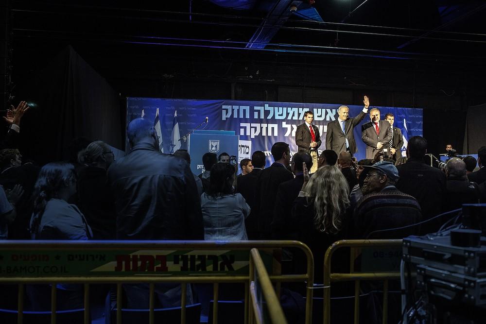 Netanyahu salută susținătorii și colegii de partid.