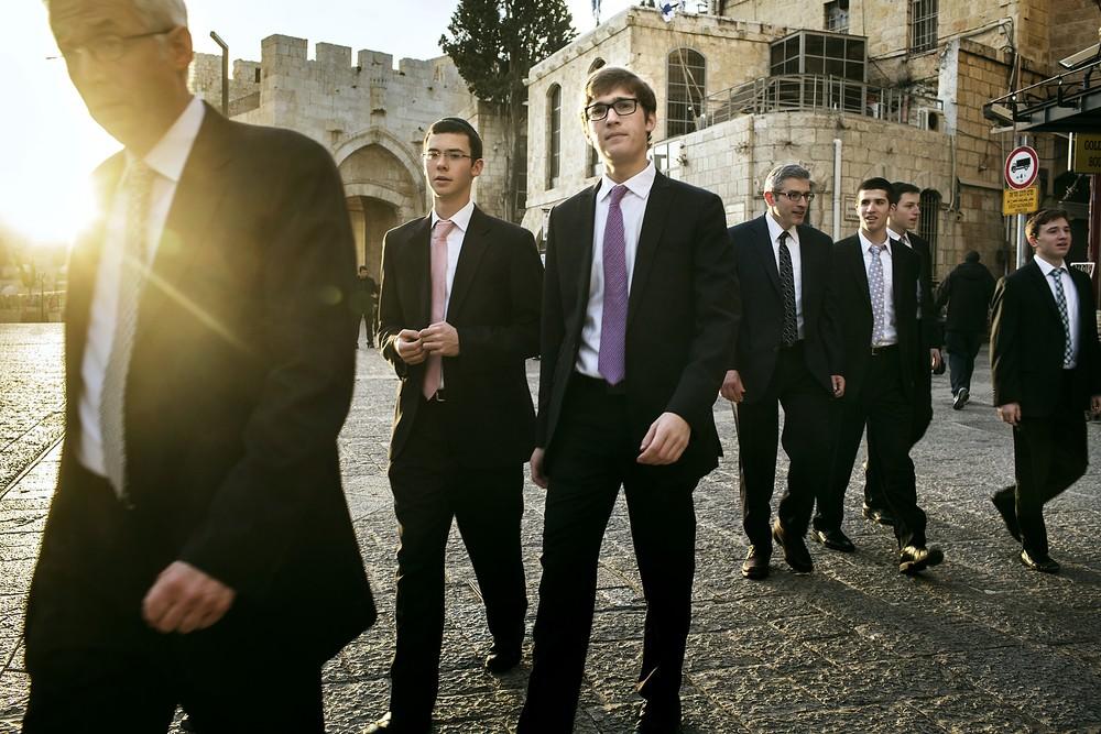 Tineri evrei, care intră în Orașul Vechi al Ierusalimului prin poarta Jaffa.