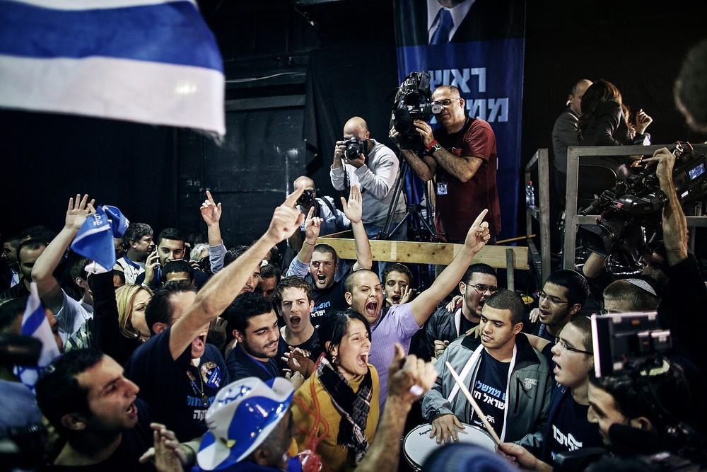 Suporterii Likud se bucură după ce-au auzit că Bibi conduce în sondaje.