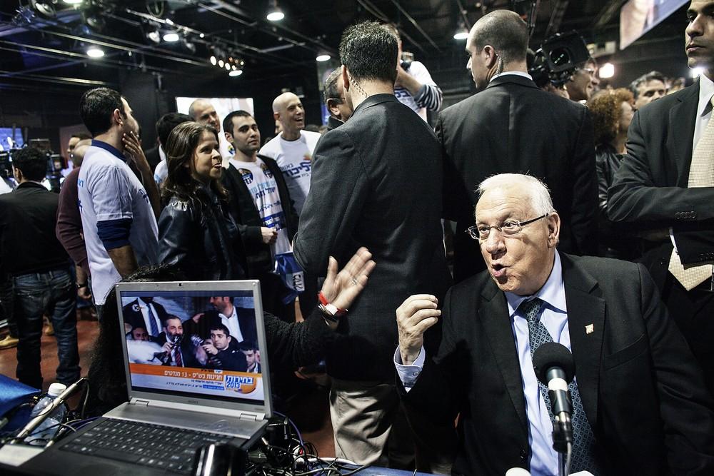 Reuven (Rubi) Rivlin le vorbește televiziunilor ca președinte al Knessetului, parlamentul israelian.