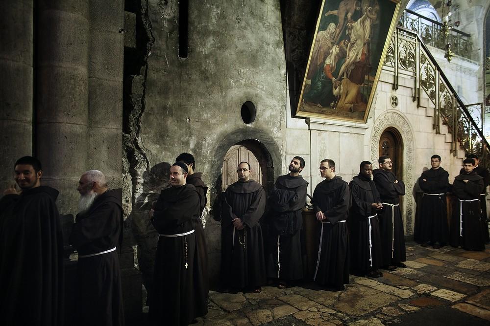Clerul se roagă în Biserica Sfântului Mormânt din Ierusalim.