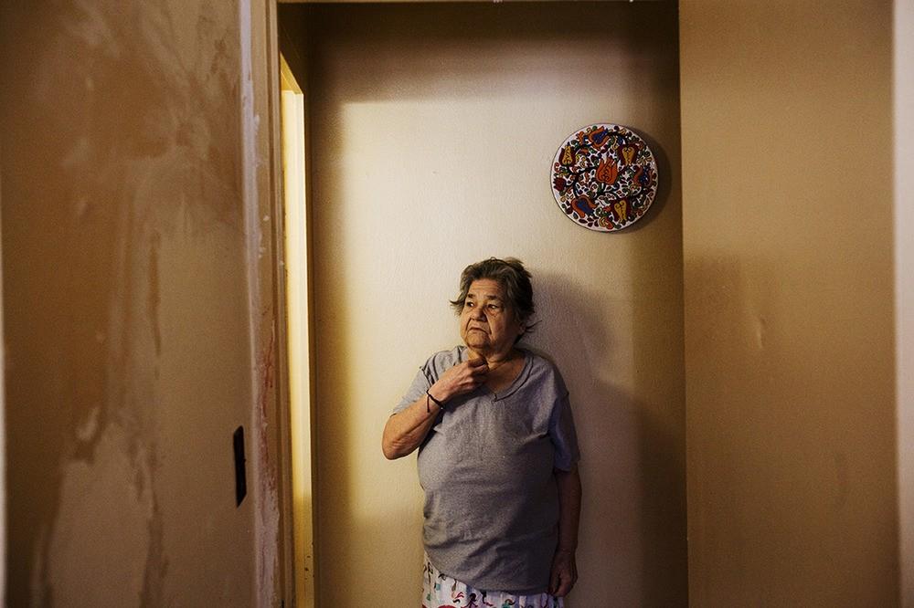Luz Ortiz heeft last van schimmel in haar badkamer en is gediagnosticeerd met astma. Morris Houses, Bronx, NY, 2012.