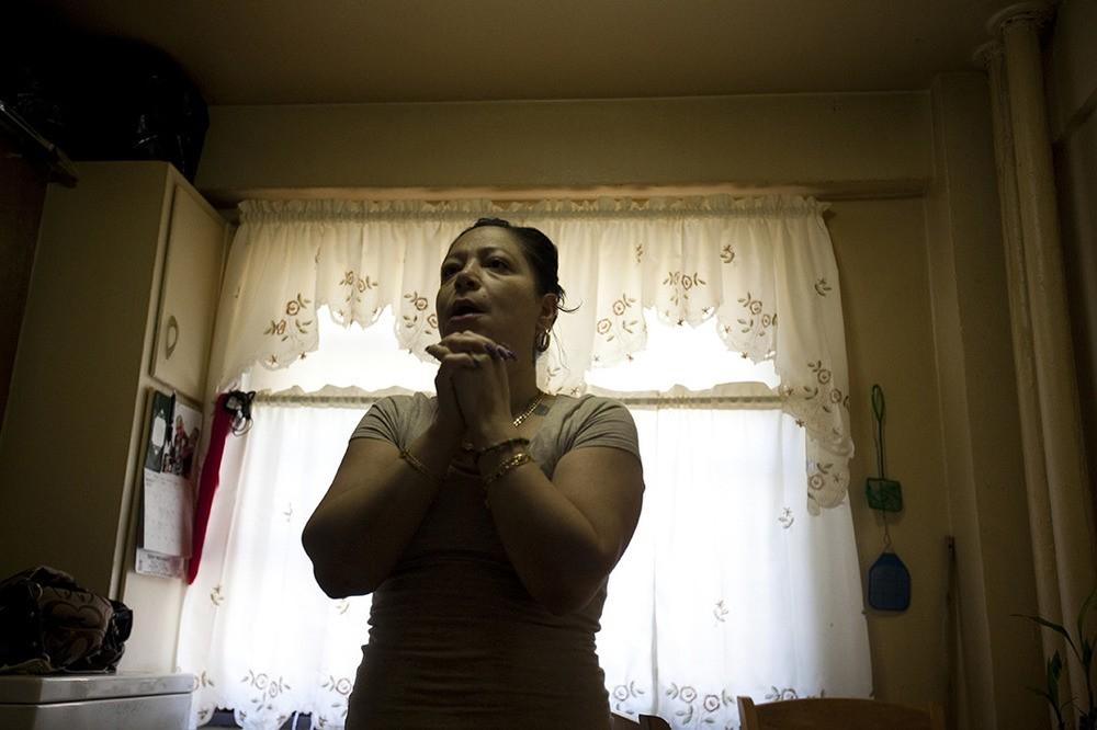 Omayra Gomez heeft schimmel in haar badkamer en in de keuken. Haar dertienjarige dochter heeft astma. Omayra heeft leukemie. Wagner Houses, Lower East Side, NY, 2012.