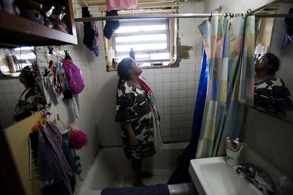 Mario Rosario heeft al tien jaar last van schimmel in de badkamer, keuken en slaapkamer. Ze heeft nu last van astma. Melrose Houses, Bronx, NY, 2012.