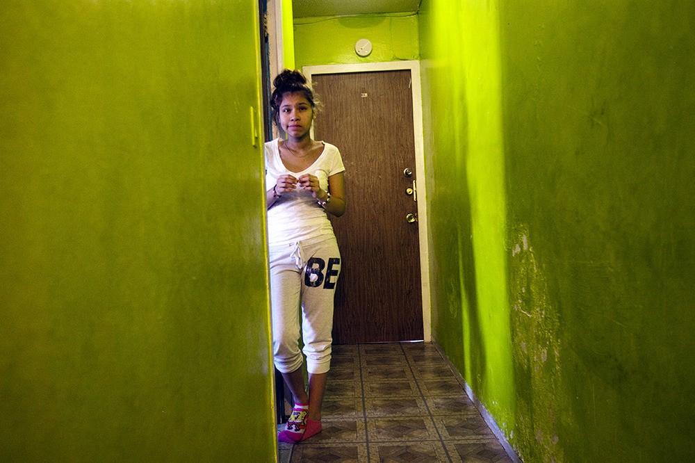 Vanessa woont al veertien jaar met haar familie in deze huizen en de NYCHA heeft nog nooit iets aan de problemen gedaan. Ze hebben schimmel in de badkamer, kakkerlakken in de keuken en schimmel in de gang. Bronx, NY, 2012.