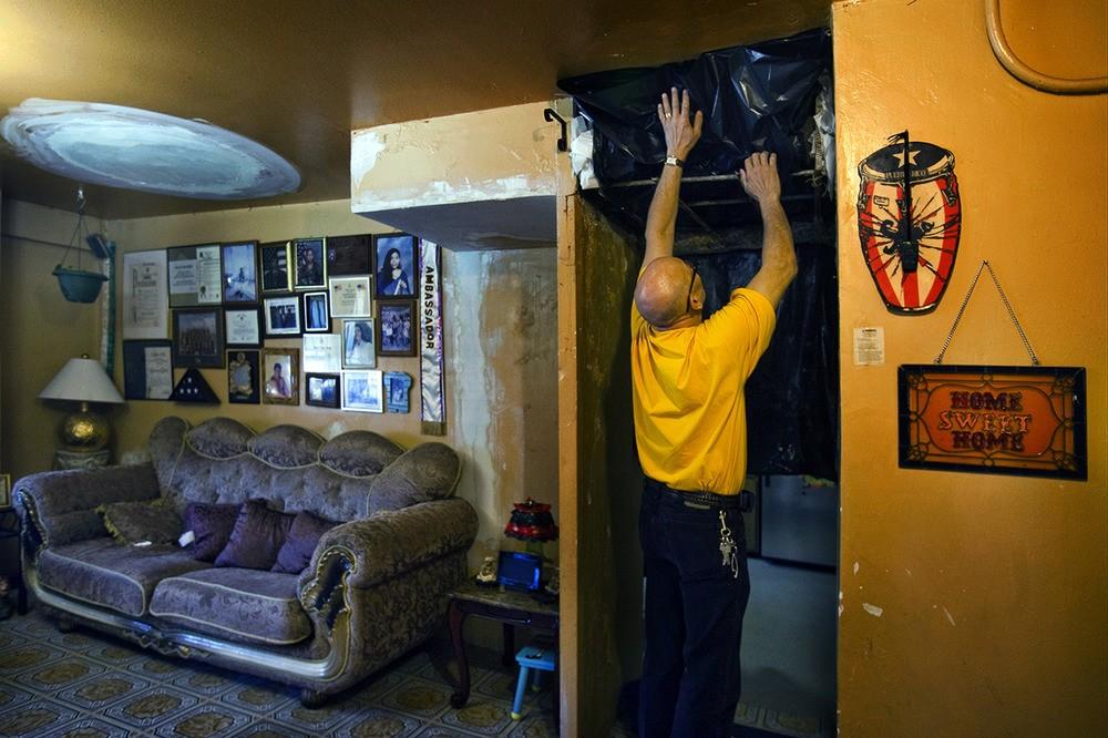 Oscar Cruz woont al meer dan tien jaar onder deze omstandigheden. Oscar en de meeste van zijn familieleden die in het huis wonen hebben last van astma en andere ademhalingsallergieën. Webster Houses, Bronx, NY, 2012.