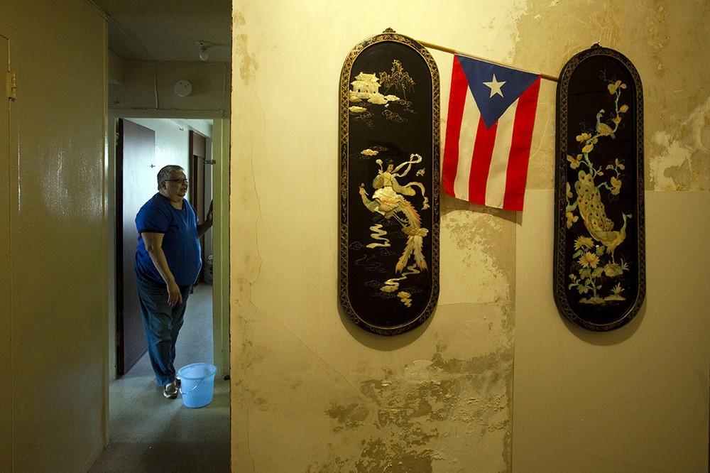 Gloria Diaz heeft last van astma en andere allergieën. Er is een open gat in de keuken, er zit schimmel in de badkamer en de muren van het appartement zijn aan het vervallen. Baruch Houses, Lower East Side, NY, 2012.