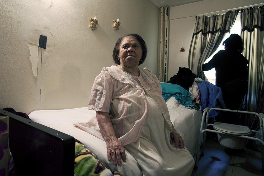 Aurelinda de Marine heeft astma en andere allergieën. Haar woonkamer, badkamer en slaapkamer zitten vol gaten en schimmel. Haar zesjarige achterkleindochter heeft ook astma. Wald Houses, Lower East Side, NY, 2012.