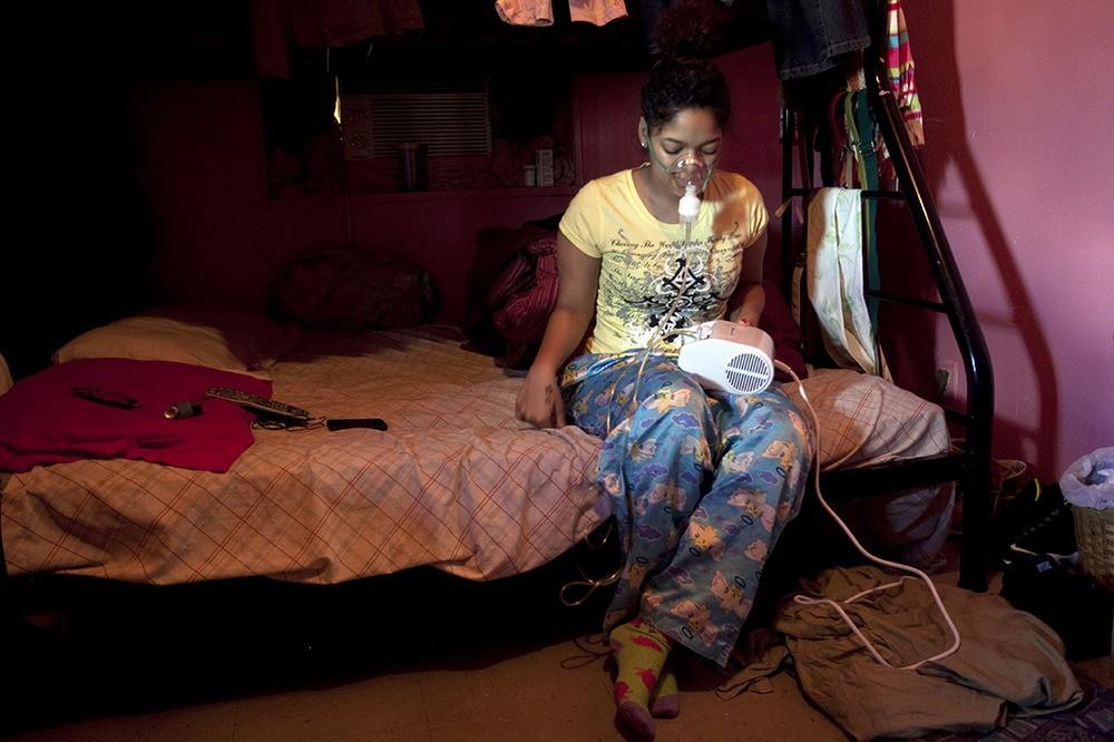 De zestienjarige Susana heeft astma. Zij en haar moeder wonen al tien jaar met schimmel in de badkamer, keuken en slaapkamers. Melrose Houses, Bronx, NY, 2012.