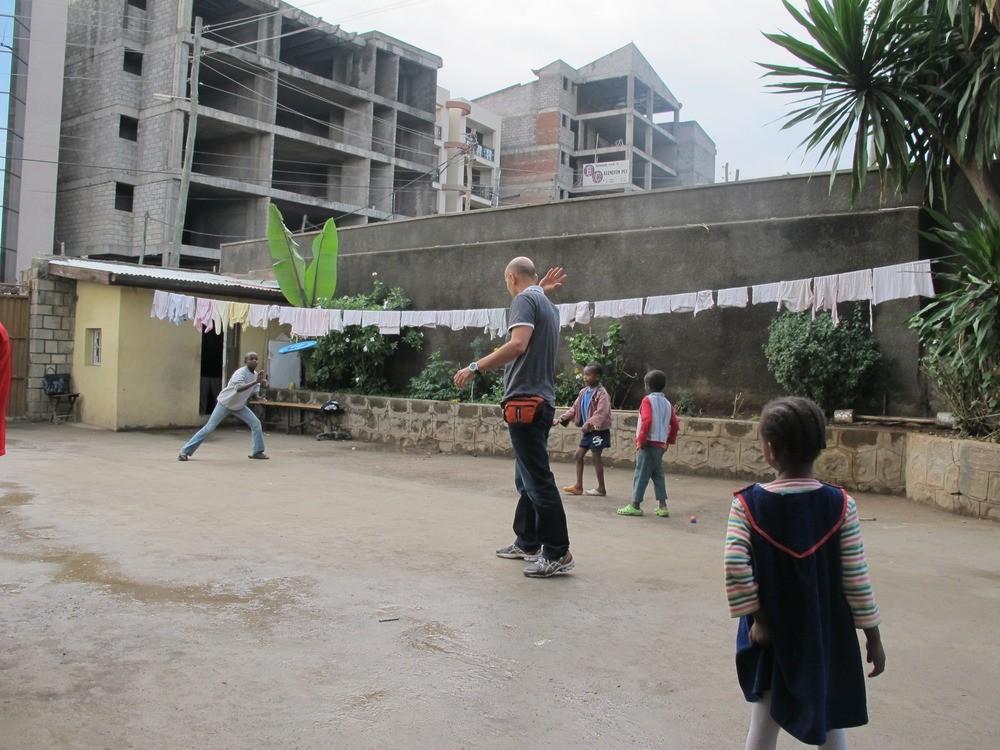 Η αυλή του ορφανοτροφείου στην Αντίς Αμπέμπα χρησιμεύει για παιχνίδι, μπουγάδα και πάρκινγκ αυτοκινήτων.