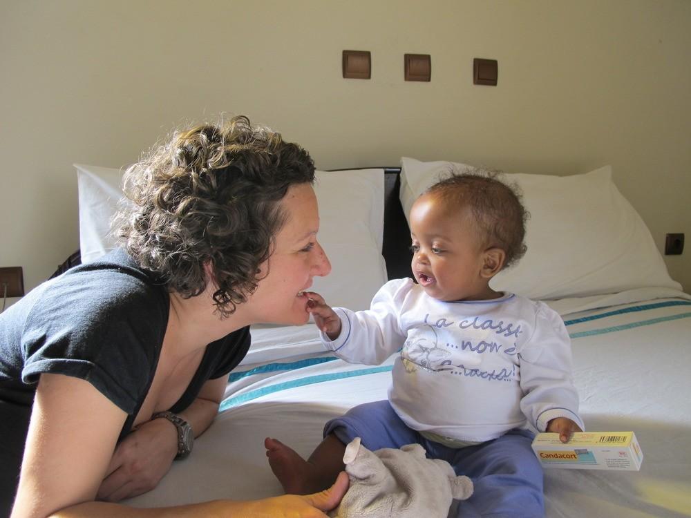 Οι πρώτες στιγμές της Μελίνας με την θετή της μητέρα στο ξενοδοχείο της αντίς Αμπέμπα.