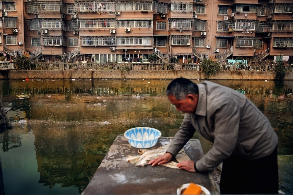 Villagers along the Fenghua River in Ningbo use polluted water for washing
