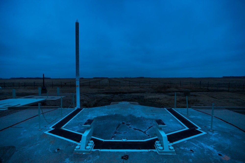 H βαριά πόρτα στην εγκατάσταση εκτόξευσης πυραύλων November-33, η οποία κάποτε προστάτευε έναν διηπειρωτικό βαλλιστικό πύραυλο Minuteman και ανήκει πλέον στην North Dakota Historic Society, φαίνεται εδώ στο Cooperstown στην Βόρεια Ντακότα. Ο πύραυλος αφαιρέθηκε στο πλαίσιο του Strategic Arms Reduction Treaty.