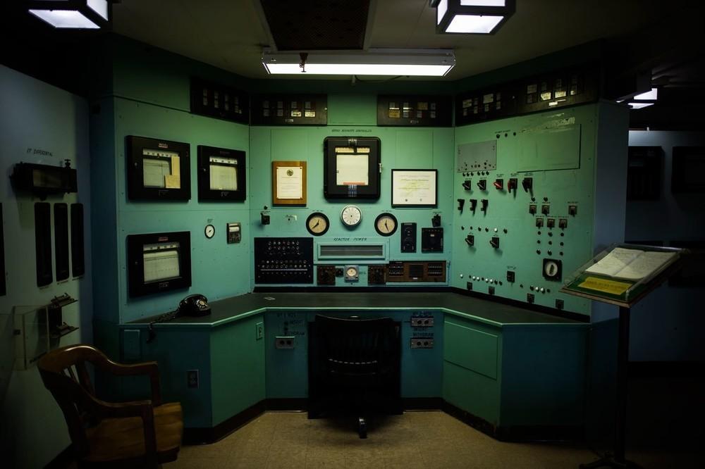 H αίθουσα ελέγχου ενός αντιδραστήρα γραφίτη Χ-10, ο οποίος υπήρξε ο μεγαλύτερο αντιδραστήρας του κόσμου μετά τον Chicago Pile, βρίσκεται στο Oak Ridge National Laboratory, στο Oak Ridge του Τενεσί. Κατασκευασμένο με άκρα μυστικότητα κατά την διάρκεια του Manhattan Project, ο αντιδραστήρας προμήθευε με πλουτώνιο τους επιστήμονες που δούλευαν στο Los Alamos. O X-10 θα γίνει κομμάτι του Manhattan Project National Historical Park.