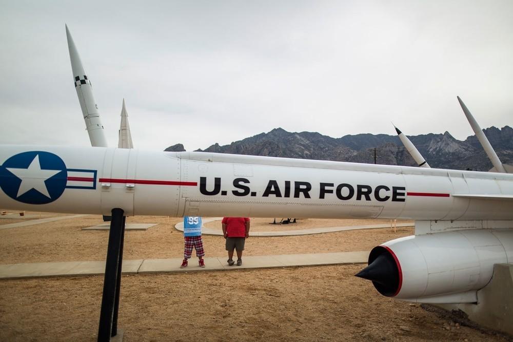 Επισκέπτες στο White Sands Missile Park τσεκάρουν το Hound Dog, έναν υπερηχητικό πύραυλο ο οποίος μπορούσε να εκτοξευτεί από ένα B-52, κουβαλώντας μια πυρηνική κεφαλή. Το πάρκο στο Νέο Μεξικό, εκθέτει πάνω από 50 πυραύλους και βλήματα που έχουν δοκιμαστεί σε αυτήν την τοποθεσία.