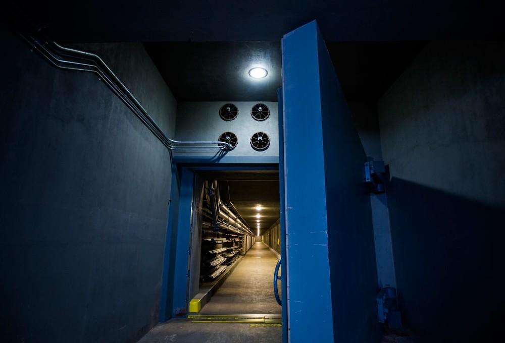 Η κεντρική πόρτα βάρους 25 τόνων που οδηγούσε στο (κάποτε μυστικό) πυρηνικό καταφύγιο, το οποίο χτίστηκε για μέλη του Κογκρέσου κάτω από το Greenbrier. To τεράστιο αυτό καταφύγιο, το οποίο ολοκληρώθηκε κατά την διάρκεια του Ψυχρού Πολέμου το 1961, περιελάμβανε αρκετά κρεβάτια και εφόδια για να υποδεχτεί 535 νομοθέτες, ο καθένας εκ των οποίων θα είχε το δικαίωμα να φέρει μαζί του και έναν υπάλληλο. Το καταφύγιο είχε επίσης χώρους απολύμανσης, μια μονάδα εντατικής θεραπείας, ένα δωμάτιο επικοινωνιών και ενημέρωσης, ενώ όλα αυτά ήταν προστατευμένα από ένα παχύ στρώμα τσιμέντου.