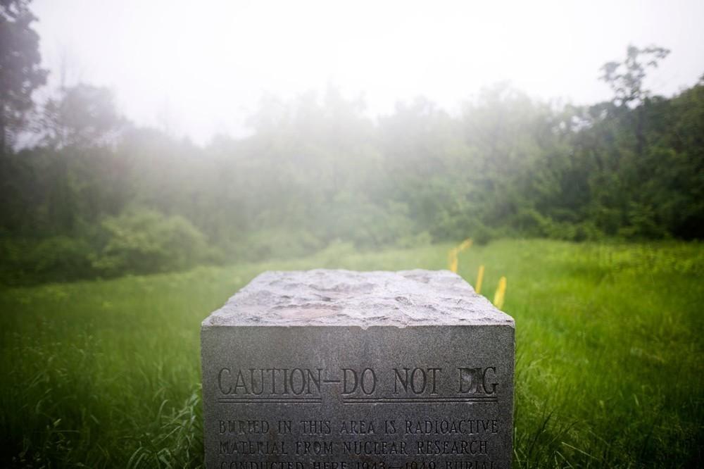 Μια τσιμεντένια σημαδούρα, στο σημείο που είναι γνωστό ως Plot M, το οποίο βρίσκεται σε ένα προαστιακό πάρκο του Σικάγο, προειδοποιεί τους επισκέπτες ότι ραδιενεργά απόβλητα από το επονομαζόμενο Chicago Pile (ο οποίος ήταν ο πρώτος πυρηνικός αντιδραστήρας στον κόσμο) βρίσκονται θαμμένα κάτω από το χώμα του Red Gate Woods. Το Chicago Pile, το οποίο ανέπτυξε ο Ιταλός φυσικός Enrico Fermi στο πλαίσιο του Manhattan Project το 1942, στήθηκε αρχικά κάτω από ένα γήπεδο football στο πανεπιστήμιο του Σικάγο. To 1943, ο αντιδραστήρας μεταφέρθηκε στο Red Gate Woods και αργότερα θάφτηκε εκεί, σε ένα σημείο που είναι γνωστό ως Site A.
