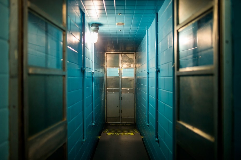 Απολυμαντικά ντους τα οποία βρίσκονται μέσα στο πυρηνικό καταφύγιο, που βρίσκεται κάτω από το Greenbrier.