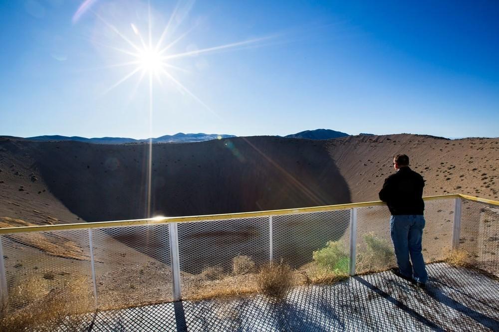 O κρατήρας Sedan, ο οποίος δημιουργήθηκε από μια θερμοπυρηνική έκρηξη 104 κιλοτόνων το 1962, είναι ένας από τους βασικούς λόγους που οι ετήσιες εκδρομές στο Nevada National Security Site (100 μίλια βορειοδυτικά του Las Vegas) είναι τόσο δημοφιλείς. Η πυρηνική έκρηξη που δημιούργησε τον κρατήρα μετατόπισε 12 εκατομμύρια τόνους γης, αφήνοντας πίσω της έναν κρατήρα με βάθος 96 μέτρων.
