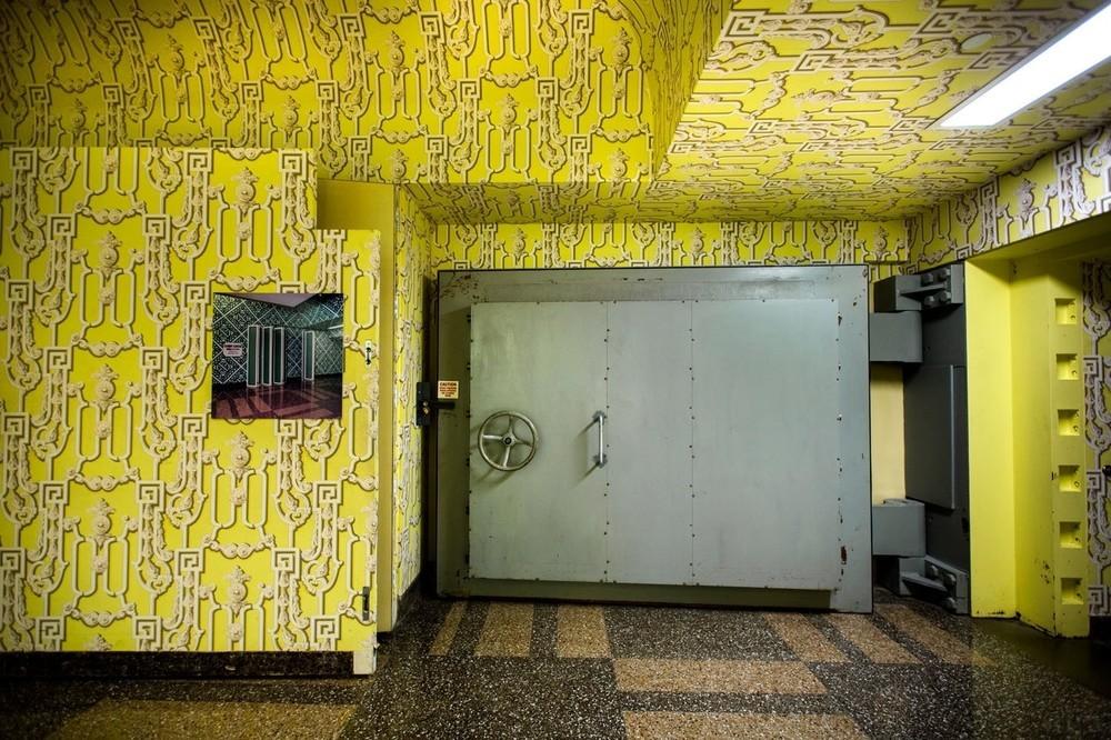 Μια πόρτα 18 τόνων, την οποία κάποτε έκρυβε μια μετακινούμενη επιφάνεια, φαίνεται πλέον στην είσοδο του πυρηνικού καταφυγίου που βρίσκεται κάτω από το Greenbrier.