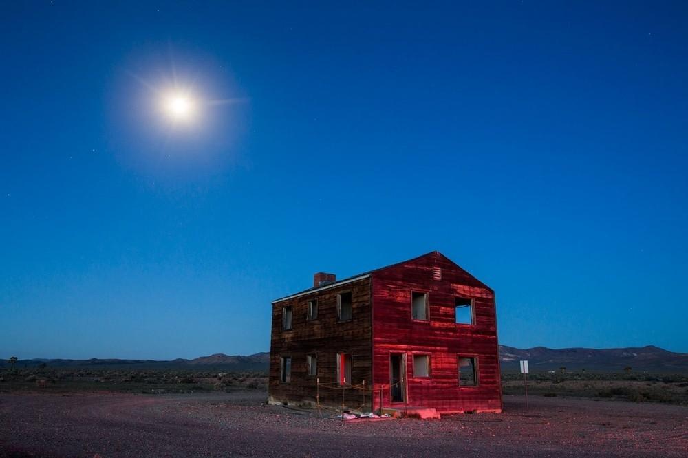 Το επονομαζόμενο Apple-2 House, είναι ένα από το δύο σπίτια που ακόμα υπάρχουν στην Doomtown, μια ψεύτικη αμερικάνικη κοινότητα η οποία περιελάμβανε αυτοκίνητα, έπιπλα και πλαστικές κούκλες, η οποία βρίσκεται 100 μίλια βορειοδυτικά του Las Vegas. H Doomtown καταστράφηκε το 1955 κατά την διάρκεια πυροδότησης μιας ατομικής βόμβας, που έγινε για να εξεταστούν οι αστικές επιπτώσεις μιας τέτοιας έκρηξης. Το σπίτι που βλέπουμε ήταν κάτι λιγότερο από ένα μίλι μακριά από την πυρηνική έκρηξη 29 κιλοτόνων.
