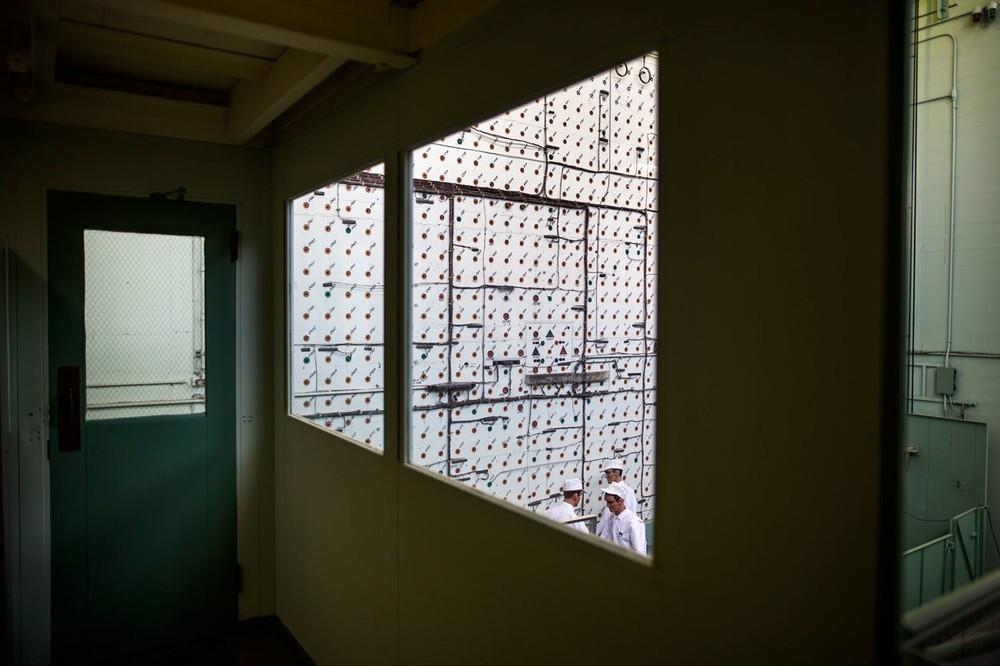 O χώρος φόρτωσης του αντιδραστήρα Χ-10, όπως φαίνεται από το παράθυρο της αίθουσας ελέγχου στο Oak Ridge National Laboratory.