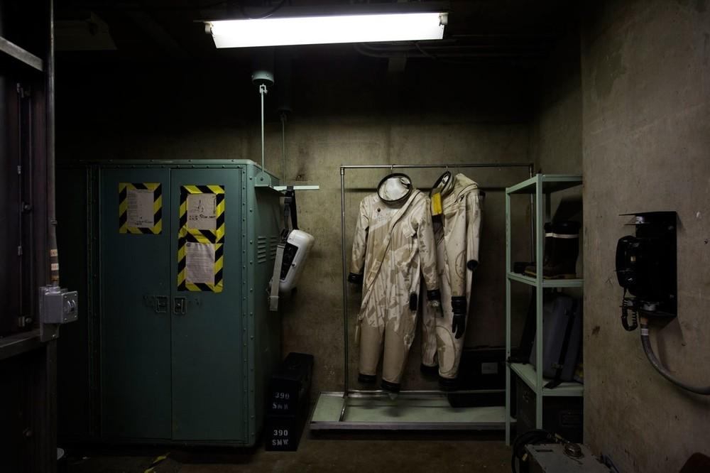 Δύο στολές χειριστών πυραυλικών καυσίμων, τις οποίες φορούσαν οι τεχνικοί του συστήματος μεταφοράς προωθητικών καυσίμων, στο Titan Missile Museum.
