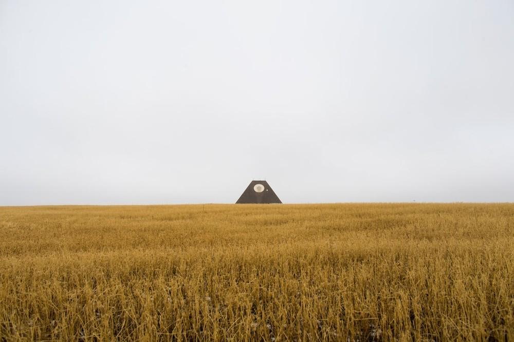 Τα απομεινάρια ενός πυραμοειδούς αντι-πυραυλικού ραντάρ, το οποίο ήταν κομμάτι του Stanley R. Mickelsen Safeguard Complex, το οποίο χτίστηκε κατά την διάρκεια του Ψυχρού Πολέμου για να ανιχνεύσει μια πιθανή πυρηνική επίθεση των Σοβιετικών, φαίνονται εδώ λίγο έξω από την Νεκόμα, στην Βόρεια Ντακότα. Η εγκατάσταση ολοκληρώθηκε το 1975 και λειτούργησε για λιγότερο από έναν χρόνο, μιας και το Defence Department εν τέλει «έκοψε» το πρόγραμμα Safeguard.