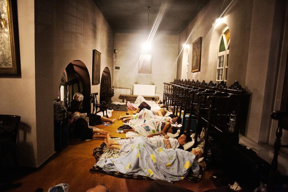 Προσκυνητές κοιμούνται και στον γυναικωνίτη του Ιερού Ναού της Παναγίας.
