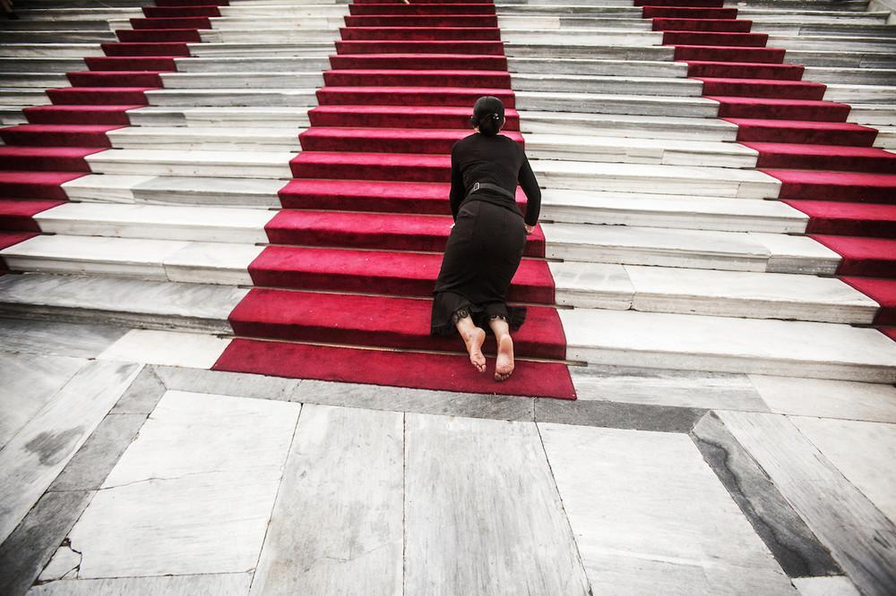 Μπαίνοντας στο προαύλιο του ναού με τα γόνατα.
