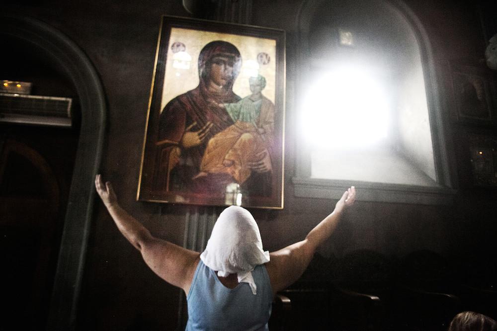 Θερμή παράκληση μέσα στον ναό της Παναγίας της Τήνου.