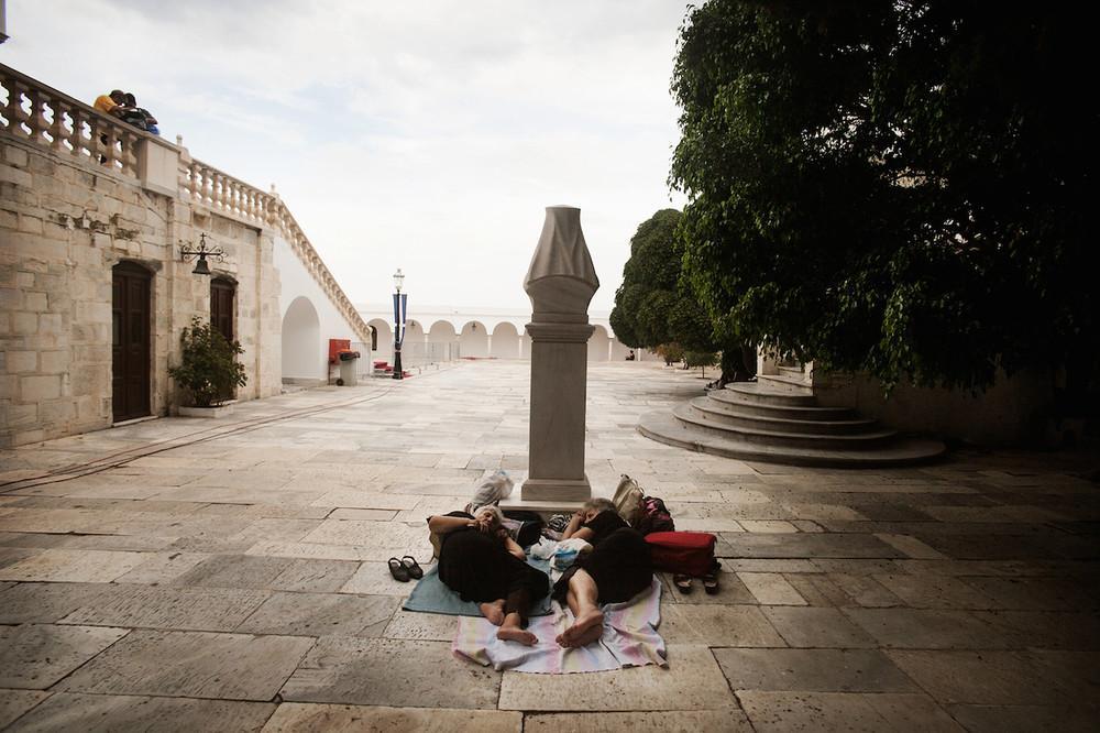 Κάποιοι θα κοιμηθούν έξω από το Ναό από το προηγούμενο βράδυ της 15ης Αυγούστου για να προσκυνήσουν πιο γρήγορα.