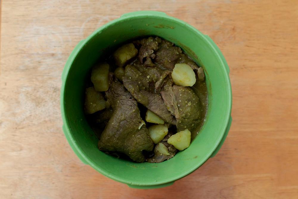 Bistec con papas en salsa verde.