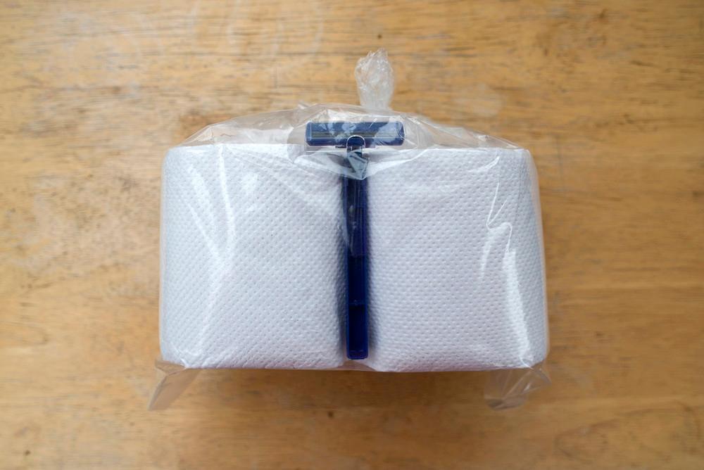 Kit de papel de baño y rastrillo. Cuesta diez pesos y lo venden cerca de la entrada de la prisión.