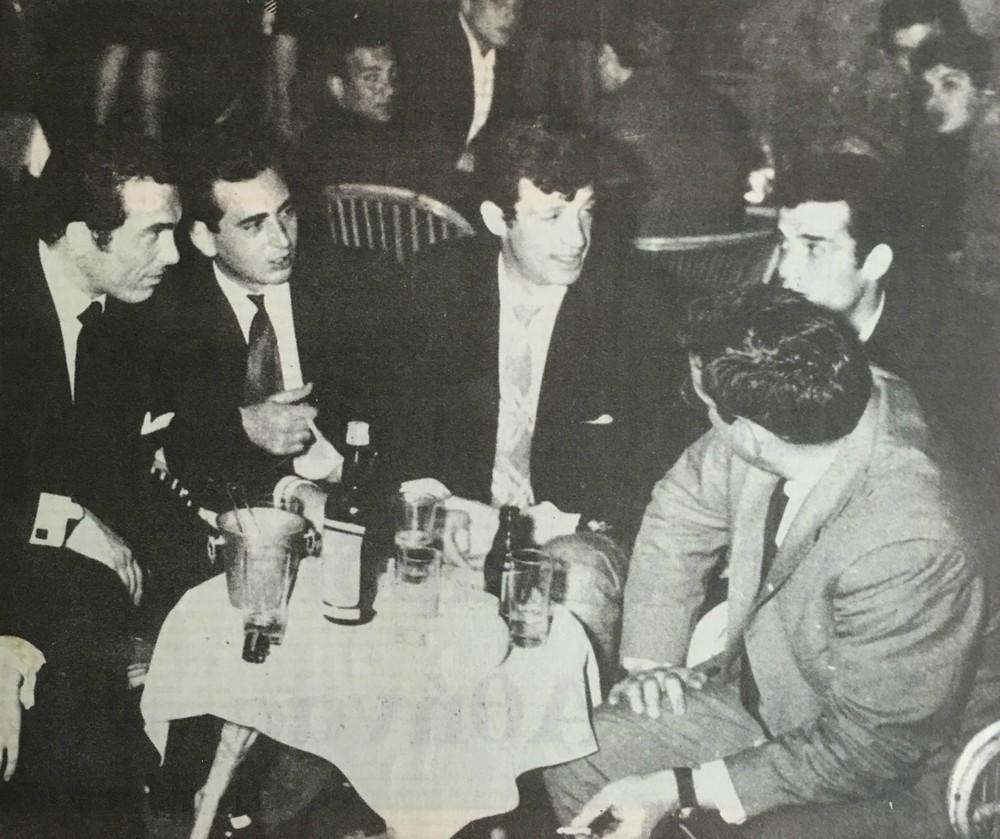 Η φωτογραφία φέρει λεζάντα: «25-1-1967. Ο Ζαν Πωλ Μπελμοντώ στην Κουίντα. Δίπλα του ο Στεφανάκος (Χρυσά Πόδια) του εξηγεί πώς οι Ελληνίδες ερωτεύονται!».