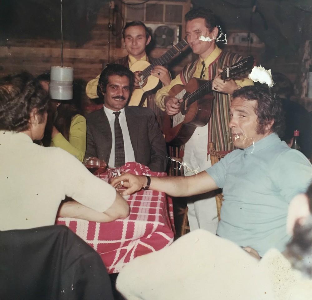 Μαθαίνοντας στον φίλο του, διεθνή πρωταγωνιστή Ομάρ Σαρίφ, την ελληνική διασκέδαση.
