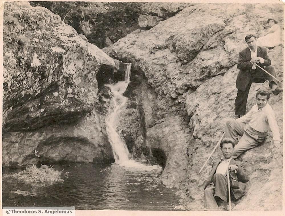 «Ενθύμιον τη 7-8-1953. Τοπίον Σαμοθράκης» αναγράφεται στην πίσω όψη. Άντρες στις βάθρες του νησιού όπου σήμερα κατασκηνώνουν οι καλοκαιρινοί ταξιδιώτες.