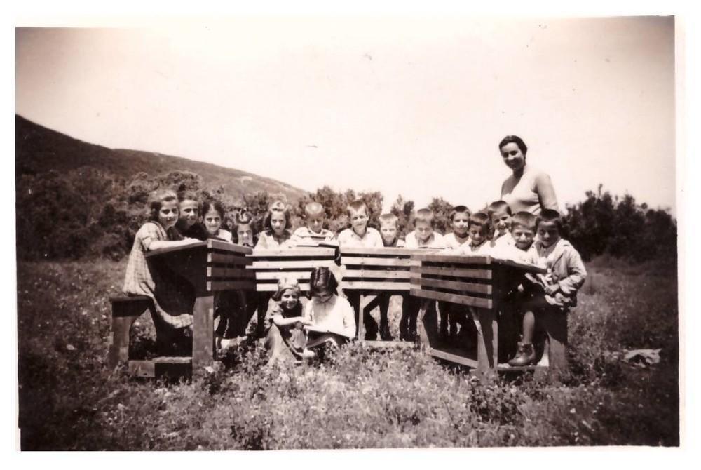 Ιούνιος 1956. Μαθήματα στη φύση. Το Δημοτικό Σχολείο Θέρμων λειτουργούσε μόνο ένα μήνα στην αρχή και ένα μήνα στο τέλος του σχολικού έτους και τον υπόλοιπο χρόνο οι μαθητές και η δασκάλα συνέχιζαν στο Δημοτικό της Χώρας.