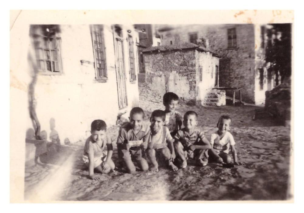 «Καλοκαίρι του 1956 ή του 1957. Παίζαμε έξι φίλοι και ξαφνικά βρήκαμε ένα χαρτονόμισμα των 10 δραχμών. Να το μοιράσουμε το 10 σε 6 δεν ήταν εύκολος ο λογαριασμός. Έτσι ρίχτηκε η ιδέα να βγούμε μια φωτογραφία για να θυμόμαστε το γεγονός και να δώσουμε το δεκάρικο στον φωτογράφο για να πάρει καθένας μας από μια φωτογραφία. Έτσι και έγινε.»