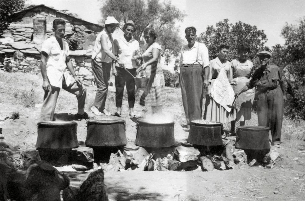 Στην Ακαμάτρα μαγειρεύοντας όλοι μαζί για το πανηγύρι της Παναγιάς.
