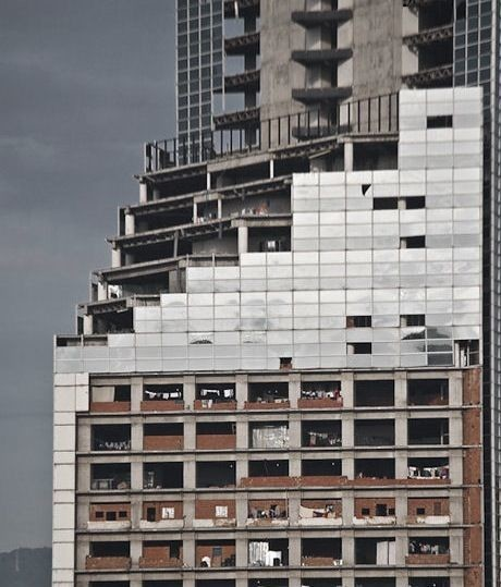 "Julia King, <a href=""http://www.vice.com/en_uk/read/atlas-hoods-venezuelas-skyscraper-slum"" target=""blank"">Venezuela's Skyscraper Slum</a>"