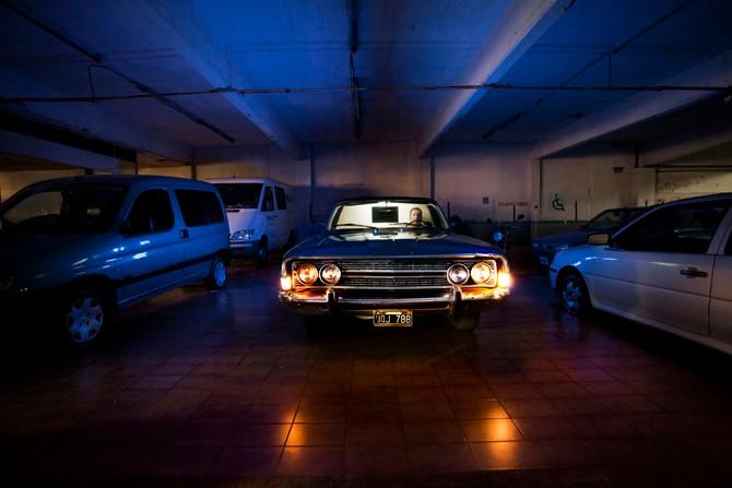 De auto, waar Diego Armando Maradonna ooit in verpoosde, keert huiswaarts na een zware nacht in het zuiden van Buenos Aires.