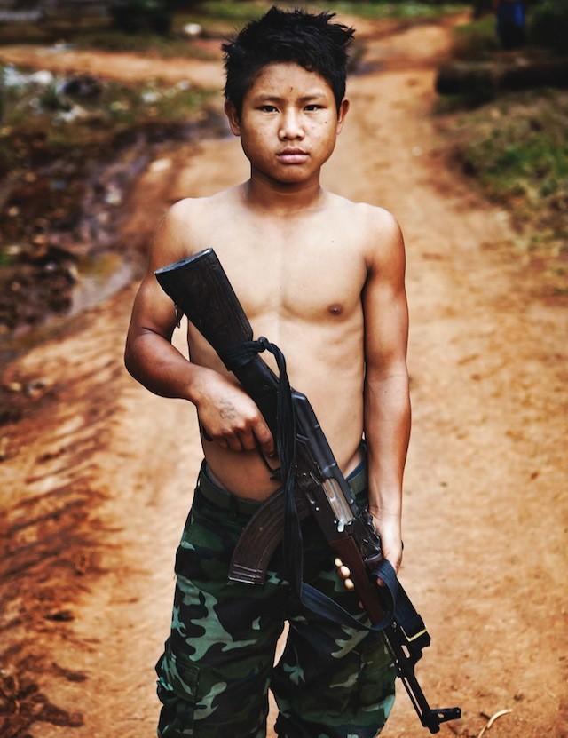 Uno de los soldados más jóvenes del KNLA, An No sabe como utilizar una AK.