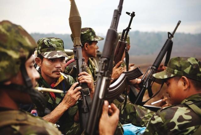 Justo antes de entrar en territorio Karen, el grupo de soldados está reunido para hacer un control de armas.