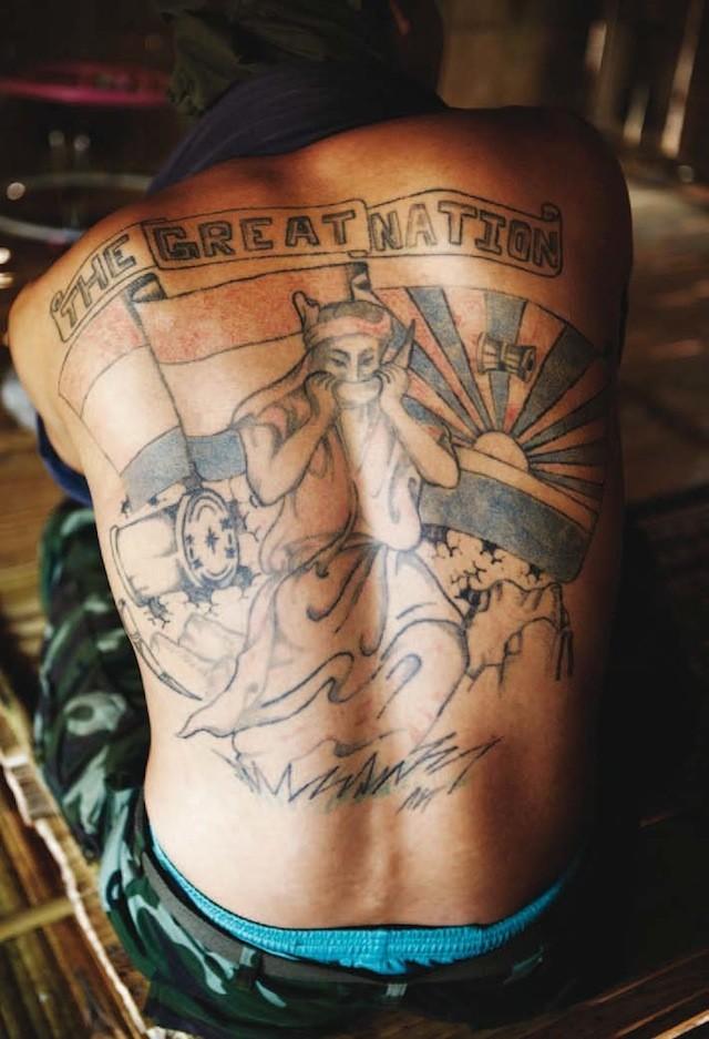 Lucky, uno de los fantasmas del KNLA, mostrando su tatuaje