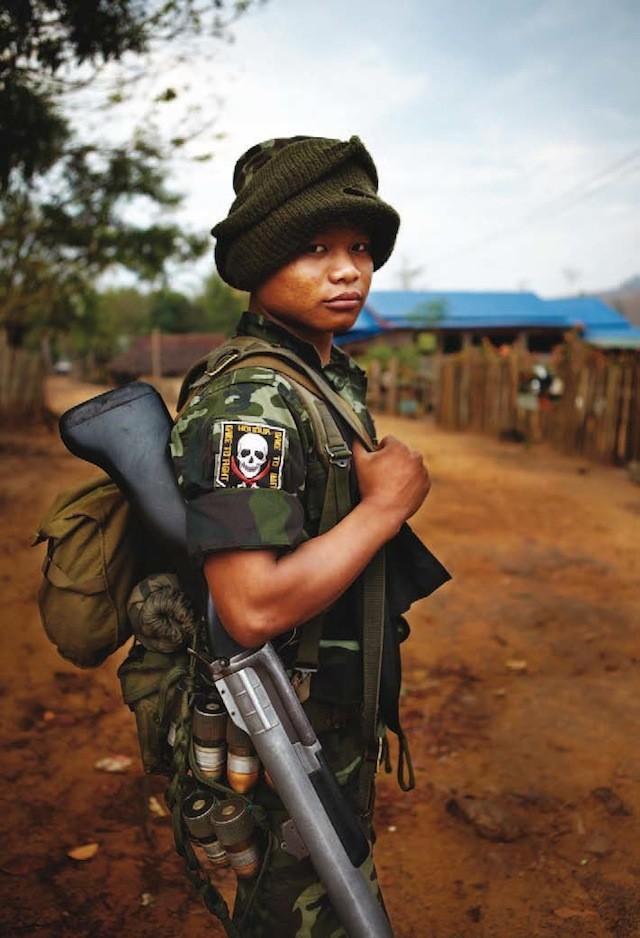Pe Yat, el guardaespaldas personal de Bryan, no se separa del lanzagranadas.