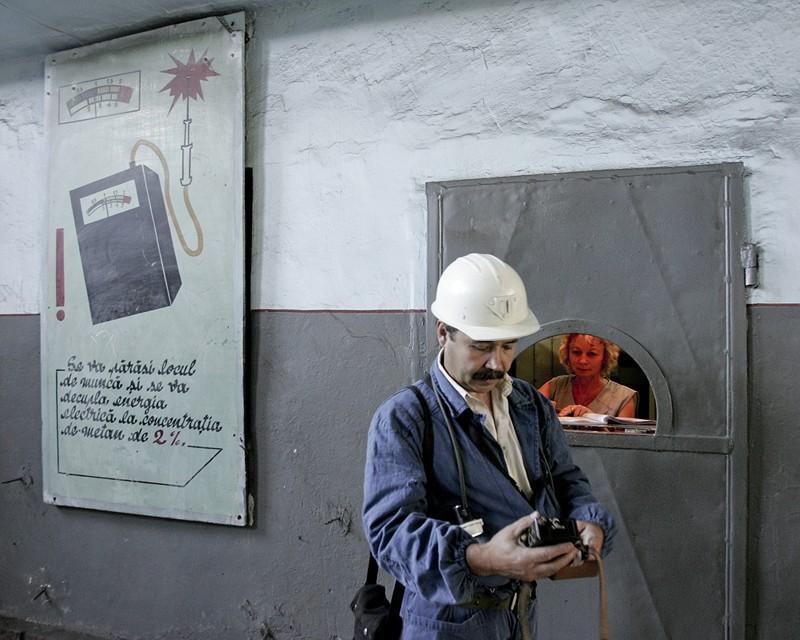 Un mineur s'apprête à descendre dans la mine de Paroseni, Valea Jiului, par Marin Raica